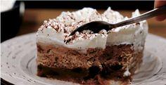 Η Συνταγή είναι από το κανάλι LIVE KITCHEN CHANNEL Πρωτότυπο και πεντανόστιμο γλυκό που αξίζει σίγουρα την προσπάθεια και θα εντυπωσιάσει! Ξεκινάμε: Υλικά Για την βάση 1 πακέτο μπισκότα πτι μπερ με γεύση σοκολάτα 120 γρ κορν φλάουρ 200 γρ ζάχαρη 2 Pastry Cake, Greek Recipes, Tiramisu, Cake Recipes, Pie, Sweets, Homemade, Ethnic Recipes, Desserts