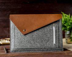 Best Macbook, Macbook Air Pro, Macbook Case, Macbook Sleeve, Ipad Sleeve, Crea Cuir, Felt Case, Handmade Felt, Ideas