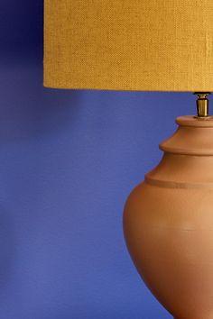 Gir assosiasjoner til en himmel som er myk og varm og full av stjerner! #stjernehimmel#blå#blue#heaven#myk#varm#warm#terracotta#bordlampe#gul#lampeskjerm#stue#livingroom#soverom#bedroom#bad#bathroom#inspirasjon#inspiration#fargekart#Fargerike Terracotta, Table Lamp, Decorating, Colors, Blue, Home Decor, Decor, Table Lamps, Decoration