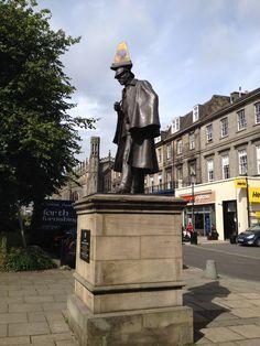 """Turen til Edinburgh havde det hovedformål at se en af den hollandske Vermeers maleri fra 1660 """"The Music Lesson"""". Vi deltog i en meget interessant byvandring """"The Edinburgh BOOK LOVERS Tour"""" med Allan Foster. Her hørte vi om Conan Doyle, der har skrevet historierne om Sherlock Holmes. Da jeg var soldat på Vester Alles kaserne i Århus læste jeg flere om Sherlock Holmes, jeg fandt dem var meget fascinerende og interessante. Denne blog vil derfor omhandle Sherlock Holmes forbindelse til…"""