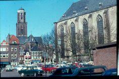 Peperbus vanaf stadhuis met vol parkeerterrein Grote Kerkplein. Het was geen marktdag.