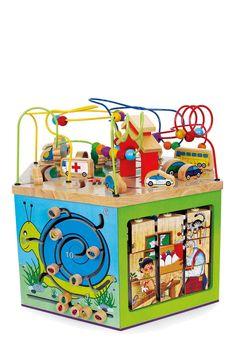 Spel en plezier aan zeven kanten voor de oefening van de motoriek, vorm- en kleurherkenning en logica! Stevig massief hout en multiplex biedt aan 6 kanten en op het deksel een memoryspel, motorieklabyrinten en -lussen, fotopuzzel en een abacus. De belastbare houten elementen bieden aan heel wat kinderen tegelijk urenlang speelplezier!