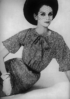 Love how the honeycomb-like shape of the pattern on the veil of this hat from 1960. #hat #gloves #vintage #fashion #1960s #dress