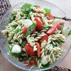 Tomaatti-mozzarella pastasalaatti