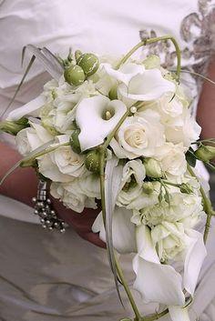 Afhangend druppelvormig wit bruidsboeket met rozen, calla's en Lisianthus arr. Regina Bloemsierkunst Den Haag