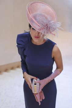 Invitada boda de mañana otoño invierno tocado pequeño vintage vestido morado invitada perfecta Race Day Fashion, Look Fashion, Fascinator Hats, Fascinators, Kentucky Derby Outfit, Derby Outfits, Wedding Guest Looks, Modelos Plus Size, Fancy Hats