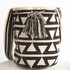Risultati immagini per mochila bag crochet pattern free Tapestry Bag, Tapestry Crochet, Crochet Diy, Crochet Crafts, Crochet Handbags, Crochet Purses, Crochet Bags, Mochila Crochet, Crochet Shell Stitch
