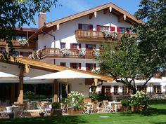 Im Herzen des Chiemgaus, in Grassau, zwischen Chiemsee und Kampenwand liegt eingebettet in die Natur, das Sporthotel Achental. Von der Terrasse aus wandert der Blick ungestört auf die Chiemgauer Berge. Das ist Urlaub ab dem ersten Augenblick!    Der weitläufige Garten des Hotels bietet viel Platz zum Entspannen und Genießen. Für die Aktiveren bieten sich rund um das Hotel perfekte Strecken zum Wandern, Joggen oder auch Nordic Walking - für Einsteiger und Profis!  www.sporthotel-achental.com