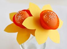 it would be so cool to give someone a bouquet that looks like flowers but is actually edible! (daffodil cake pops)