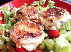 Gebackener Ziegenkäse auf Salat. Der gelingsichere Trick: Eine Kokospanade und ein tolles Dressing.
