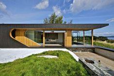 Tommie Wilhelmsen a conçu la cabine « Dalene » située en Norvège. Une magnifique maison principalement en bois, clair et noir habillée d'immenses fenêtres placées tout autour de la maison. Les courbes et les lignes droites de la maison offrent un esthétique hors du commun. Une magnifique découverte à contempler.