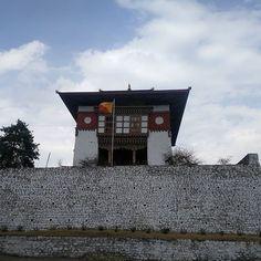 Reino de Bhután en el paraíso. azul cielo nacional bandera monasterio budista templo pacífico espiritual blanco nubes viajes destino asia Asia, White Clouds, National Flag, Himalayan, Paradise, Spiritual, Tours, Blue, Travel