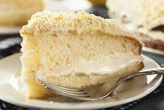 La torta soffice con crema al limone è un dolce con poche calorie, realizzato senza burro e con una crema leggera senza uova. Ecco la ricetta