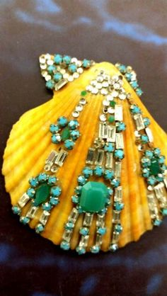 Conchiglia decorata con smeraldi sintetici www.annaritavitali.jimdo.com