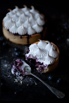 Tartelettes aux myrtilles meringuées - Blueberry tart with meringue Köstliche Desserts, Delicious Desserts, Dessert Recipes, Yummy Food, Sweet Recipes, Yummy Recipes, Meringue Pie, Sweet Pie, Eat Dessert First