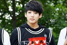 图片来源:http://images6.fanpop.com/image/photos/36100000/Jungkook-BTS-image-jungkook-bts-36156996-1280-853.jpg。