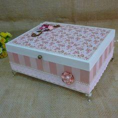 Caixas decoradas: tutoriais e 60 inspirações para você fazer Diy Home Crafts, Diy Arts And Crafts, Shabby Bedroom, Box Roses, Tea Box, Pretty Box, Wedding Boxes, Keepsake Boxes, Trinket Boxes