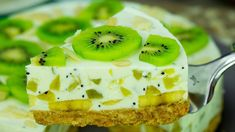 A delicious, low-calorie cake, without baking! Kiwi and banana yoghurt cake . Delicious Desserts, Dessert Recipes, Cake Recipes, Kiwi Cake, Low Calorie Cake, Kiwi And Banana, Yogurt Cake, Banana Recipes, Food Cakes