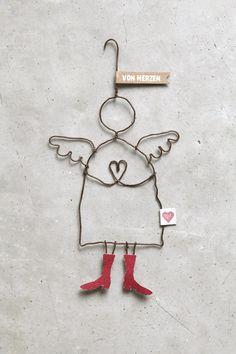 Send me an angel... Ein Engel ist immer ein besonderes Geschenk und diese Engel tragen die schönsten Schuhe und immer eine liebevolle Botschaft. Material: Draht, gebogen. Bedrucktes Papier. Höhe: ca. 150 mm