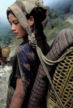 Mujer chhetri, Dhorpatan, Nepal - Lovingly pinned by The Rainbow Farmer https://www.etsy.com/shop/TheRainbowFarmer