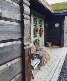 """Interior, wedding & cabin🌾 on Instagram: """"En regntung og tåkete dag på fjellet, å slik er det meldt resten av uken..🍂🌧 I kurven inne i kroken plantet jeg noen fine høstplanter…"""" Mountain Cottage, Rest, Life"""