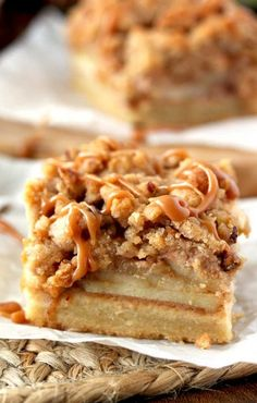 These Apple Pie Bars are the perfect portable sweet bite. With a shortbread crust, bourbon apples, pecan crumb topping and addicting salted caramel drizzle! Caramel Apple Crumble, Salted Caramel Apple Pie, Caramel Apples, Apple Cobbler, Apple Dessert Recipes, Apple Recipes, Easy Desserts, Fall Recipes, Lemon Desserts