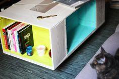 Une table basse faite avec des caisses de vin. (table with vine boxes)