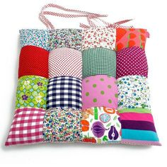 Gather together enough fabric scraps to complete the project and fill them up with supersoft batting to a comfortable cushion that provides a soft place to sit.Informations About Gather together enough fabric scraps to complete the project and fill t Patchwork Cushion, Patchwork Baby, Patchwork Ideas, Patchwork Kitchen, Sewing Crafts, Sewing Projects, Puff Quilt, Quilt Tutorials, Fabric Scraps