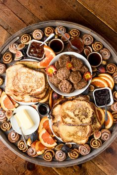 For fall hosting, serve a Fall French Toast Breakfast Board. Make French toast; assemble bites of fall--fresh fruit, cinnamon rolls, jellies, and syrup! Charcuterie Recipes, Charcuterie And Cheese Board, Charcuterie Platter, Challah French Toast, Make French Toast, Breakfast Platter, Breakfast Toast, Mexican Breakfast, Breakfast Sandwiches