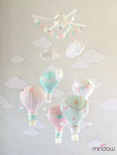 Heissluft Ballon Baby mobile in zarten rosa - weiß - grau Pastellfarben. Einzigartige mobile, die gute Energien der Magie und Entspannung zu bieten. Diese Mobile enthält 5 handgefertigte Luftballons, 3 Wolken und weiße Farbe oben Holz Kleiderbügel. Die Ballons sind mit höchster Präzision und