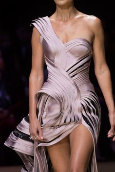 Versace Couture Details, Fall 2016 - Versace's Most Glamorous Couture Details of the Decade - Photos