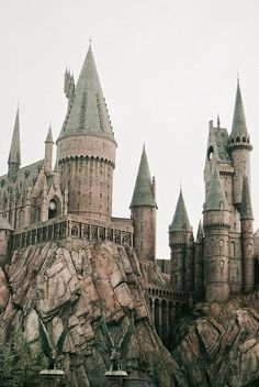 Hogwarts, Wizarding World of Harry Potter Legacy Dunes is number one on Trip… Mundo Harry Potter, Harry Potter Love, Harry Potter Hogwarts, Harry Potter World, Lily Potter, Slytherin, Disney Star Wars, Wallpaper Harry Potter, Harry Potter Tattoos