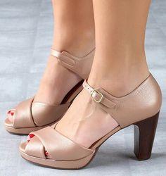 Chie Mihara shoes, sandals, blocs and boots. Buy now original, feminine footwear. Designer shoes of maximum comfort! Pretty Shoes, Beautiful Shoes, Cute Shoes, Me Too Shoes, Shoe Boots, Shoes Sandals, Comfy Shoes, Dream Shoes, Vintage Shoes