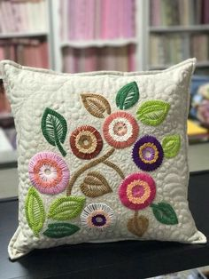 Cajón bordado. Cushion Embroidery, Hand Embroidery Flowers, Embroidered Cushions, Hand Embroidery Stitches, Crewel Embroidery, Hand Embroidery Designs, Ribbon Embroidery, Healthy Instagram, Patchwork Quilt