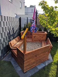 DIY Piratenschiff-Sandkasten Lotta's sandbox was completely over after two years and several repairs. So we were looking for the perfect sandbox. It should be a pirate ship, with benches and a lid. Kids Backyard Playground, Backyard For Kids, Backyard Projects, Outdoor Projects, Garden Projects, Projects For Kids, Backyard Games, Kids Outdoor Play, Outdoor Play Spaces