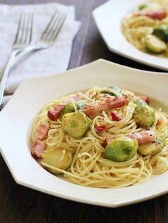 芽キャベツとアンチョビとベーコンのパスタ by 笠原知子 / これから出回ってくる芽キャベツを使ったパスタです。芽キャベツの甘さとほろ苦さを楽しめるようにじっくり蒸し焼きにして、ニンニクと唐辛子、アンチョビでぴりっとコクのある味付けにしました。 / Nadia Noodles, Food To Make, Spaghetti, Pasta, Ethnic Recipes, Macaroni, Noodle, Pasta Recipes