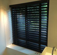#houten #lamellen #zwart #wood #blinds #black #decoratie #interieur #restaurant #raamdecoratie www.ldesigndecoratie.be