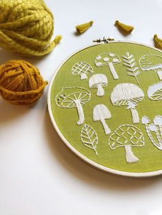 hand embroidery stitches tutorial step by step Hand Embroidery Projects, Embroidery Stitches Tutorial, Hand Work Embroidery, Embroidery Patterns Free, Hand Embroidery Designs, Embroidery Kits, Embroidery Supplies, Knitting Stitches, Embroidery Techniques