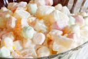 Marshmallow Slaai Bestanddele 200gMarshmallows in kwarte gesny (of klein soort) 250 ml room 1 groenappel, afgespoel (sny inblokkies, metskil) 1 blik fyn pynappel 1 liter vrugte jogurt  Metode Meng al die bestandele, maar net helfte...