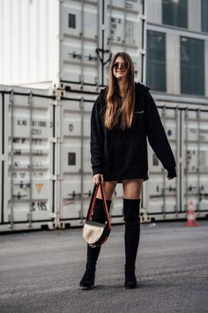 """Overknees were a real hit in the Today they are absolutely """"in"""" again. Sweatshirt Outfit, Oversized Hoodie Outfit, Black Hoodie Dress, Hoodie Hoodie, Legging Outfits, Athleisure Outfits, Winter Outfits, Casual Outfits, Fashion Outfits"""