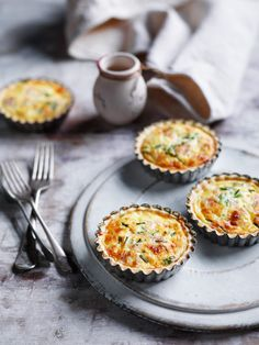 Mini Quiche - poke holes in crust and use foil and rice to hold down Mini Quiche Recipes, Tart Recipes, Cooking Recipes, Mini Quiche Lorraine, Quiche Pastry, Frozen Pastry, Quiche Muffins, Air Fryer Oven Recipes, Mini Tart