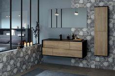 Une suite parentale tendance avec une salle de bain design ambiance atelier. Le meuble avec vasque intégrée mixe bois clair et laque noir mat. La colonne de faible profondeur offre un rangement pratique pour les petits espaces. Le + déco : les carreaux de ciment gris modernes et élégants. - my lodge de Sanijura