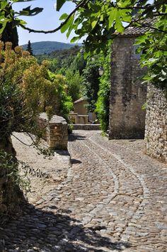 La Roque sur Cèze, Calade, Gard, Provence, Languedoc-Roussillon, France La Roque
