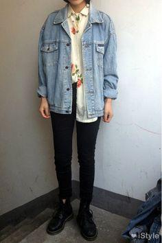 Camisa social branca flores + jaqueta jeans + calça preta + bota