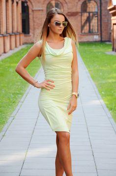 Sukienka typu slim bez rękawów, posiadająca dekolt typu woda. Oryginalnie zapakowana z kompletem metek. Wykonana z najlepszych materiałów. Modny design i niepowtarzalny wygląd, doskonała do licznych stylizacji na każdą okazję.