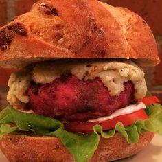 Pão levain de gorgonzola, alface, rúcula, maionese de oliva, Burger blend de entrecot e linguiça de búfala recheado com ghee de gorgonzola e tomilho, coberto com pasta de gorgonzola.  #instaburger #burgerlover #burgerporn