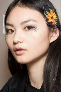 This past fashion month has been very intense. Especially backstage, where next season's fashion and beauty trends started taking shape. Between glitter, eyeliners and lipsticks, here's our selection