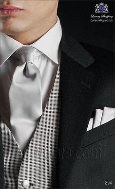 Traje de novio gris en pura lana. Doble abotonadura, dos aberturas traseras y botones personalizados ONGala.