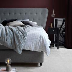 Ekens Essens kontinentalsäng. Ekens Kontinentalsängar ger en ljuvlig svävande sovkomfort samtidigt som de med sina kvalitetstyger och med sin vackra design ger ditt sovrum en personlig stil och känsla. Ekens erbjuder sovmöbler med både kvalitet, sovkomfort och möbelkänsla. Sortimentet är brett och valmöjligheterna är många i dessa omsorgsfullt byggda sängar med kvalitet in i minsta detalj. Bed, Furniture, Design, Home Decor, Decoration Home, Stream Bed, Room Decor, Home Furnishings