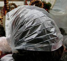 Regenkapje zat altijd in de jaszak, als het ging regenen kon je voorkomen dat je haar nat werd en ging plakken vanwege de haarlak.